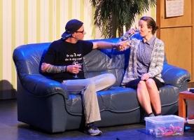 Ondertussen voert Boris Henk's zus Tineke blauwe drankjes